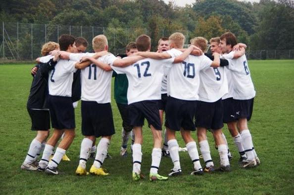 Jan Schultz og spillerne på U-19-2 fejrer her en vigtig sejr