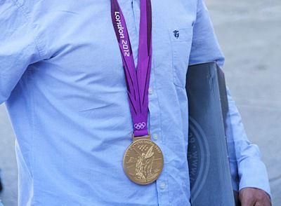 OL-guldvinder deler medaljer ud