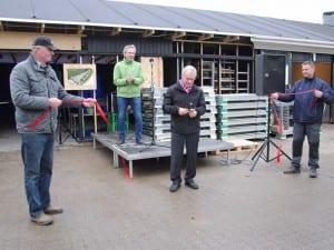Borgmester Ivan Hansen klipper snoren til den ombyggede genbrugsplads i Sorø i 2012