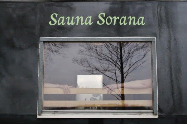 Saunaen lader vente på sig