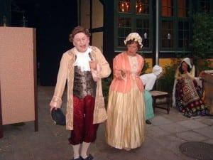 Her en scene fra Bagsværd Amatør Scenes opførelse af Barselsstuen i 2006.