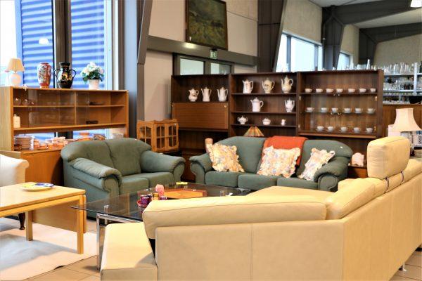 Møbler, nips, bøger