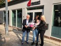 """Afdelingschef Bibi Rosengaard, Marie Kjelbæk og Mejse samt lokalformand Jørn C. Nielsen foran """"danmarks"""" kontor i Ringsted"""