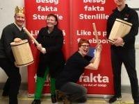 På billedet ses fra venstre, Frank Pedersen fra Faktas venner, Malene Topp og Lotte Krogh begge fra SHHB og yderst til højre Andreas Lohmann fra FAKTA i Stenlille. Foto: SHHB.