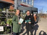 Lørdag var Enhedslisten ude i solskinnet for at snakke klima med naboerne i Sorø.  Foto: Eva Flyvholm.