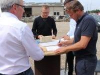 Allan B. Johansen, HRJ Service A/S, XL-BYG Medings Byggecenter og Nygaard Entreprise ApS – alle klar til underskrift og efterfølgende håndtryk. Foto: Affaldplus