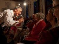 Niels Vandrefalk er en levende fortæller, som kommer tæt på publikum. Foto: Tersløsegaard.