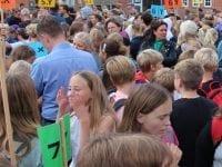 Der er mange traditioner på Sorø Privatskole. Èn af dem er første skoledag, hvor skolens forældre og elever mandag den 12. august samledes i skolegården på Sorø Privatskole og fejrede starten på det nye skoleår. Omkring 1.000 mennesker strømmede til skolen denne morgen. Foto: Sorø Privatskole