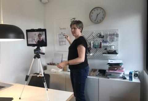 Lærer Julie Andersen forbereder undervisning hjemmefra. Pressefoto.